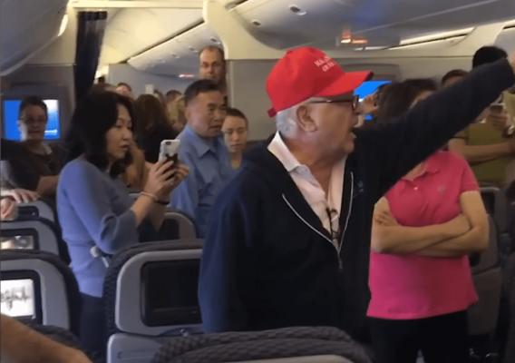 """Η United έδιωξε από πτήση έναν """"πιο ενοχλητικό"""" επιβάτη"""