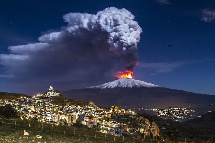 """""""Ξύπνησε"""" η Αίτνα: Παρακολουθήστε το ξέσπασμα της λάβας του διάσημου ηφαιστείου"""