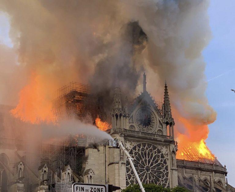 Καίγεται η Παναγία των Παρισίων!